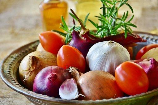 On vous l'avez promis, les voici ! Nous avons décidé de vous partager les fruits et légumes de saison accompagné de recette pour vous inspirer chaque mois et cela vous permettra d'acheter de plus en plus de produits de saison. Ça vous permettra également de consommer peut être un peu plus local, ou d'être beaucoup plus vigilant sur la provenance des produits et de vous inspirer pour de nouvelles recettes.